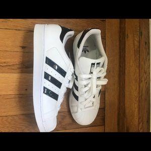 Adidas zapatos blanco negro Metallic patent leather poshmark